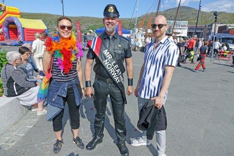 PÅ MARKERINGEN: Eva Braaten, Per Helge Nylund (Mr. Leather) og Kim Rudi Jensen på Rådhusplassen i Hammerfest.