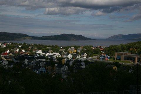 VARMESTE: Sommer i Kirkenes mandag og temperaturer som kan klatre mot 25 grader. Resten av landet kan foreløpig se langt etter lignende temperaturer, ifølge meteorologene. Foto: Tor Sandø