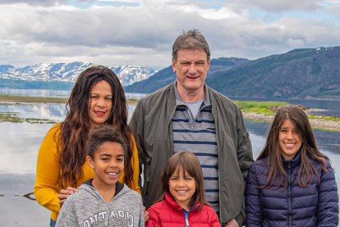 OPPLEVDE MARERITTET PÅ SJØEN: Familien er preget, men ved godt mot. Her er de for første gang tilbake der de kom i land etter båtturen som kunne endt fatalt. Foto: Tom Erik Nilsen/Kronstadposten