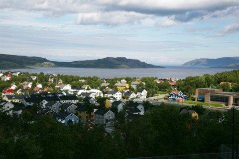 FLERE SOMMERDAGER: Forskere har funnet at Nord-Norge har fått flere sommerdager enn tidligere. Sommeren har også blitt noe varmere. Her er et bilde fra Kirkenes som bader i sol.