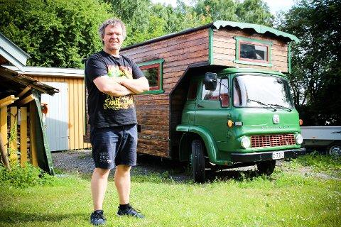 """Per Erik Gundersen gleder seg til å få """"Bruglebu"""" på veien igjen. I år går ferden sørover med den originale bobilen. Foto: Elisabeth Johnsen"""