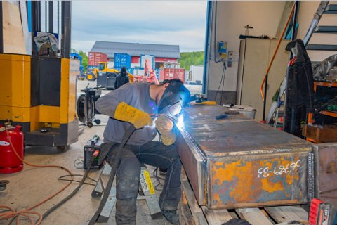Med tunge sittestillinger og høy konsentrasjon, er sveising en komplisert jobb. Foto: Krister Sandaker Tårn/Kronstadposten