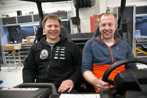 SUKSESS: Både salgssjef Christian Lund (til venstre) og daglig leder Yngve Labahå i Kirkenes Bil har grunn til å smile over 2020 så langt.