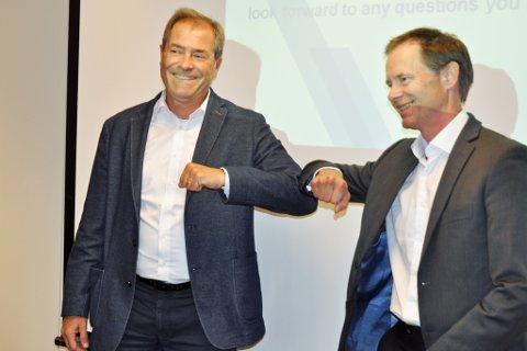 CORONASIGNERING: Vice president Nicola Albrechts i Aurubis og Adm.dir. Øystein Rusfeldt i Nussir valgte å signere milliardkontrakten med Corona-håndtrykket.