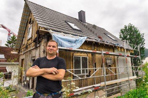 PÅGANGSMOT: Johnny Nilssen Holsæther er glad i den gamle trehusbebyggelsen i Tromsø, og håper at folk vil kjenne huset igjen når han er ferdig.
