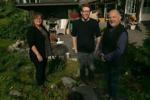 HJEMMEKONFERANSE: Rune Rafaelsen inviterte til pressekonferansen hjemme i sin egen hage i Hesseng. Her sammen med Mariann Wollmann Magga og Martin Henriksen.