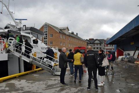 UT PÅ BEFARING: Politikere og byråkrater tok turen med SørøysundXpressen for å se bygdene saken dreier seg om.