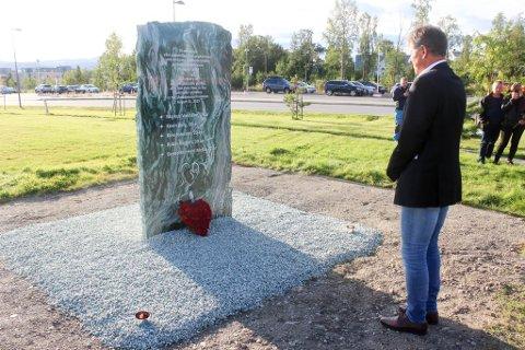 MINTES DE OMKOMNE: Rådmann Bjørn Atle Hansen sto for avdukingen av minnesmerket i Kirkeparken ved Nordlyskatedralen.