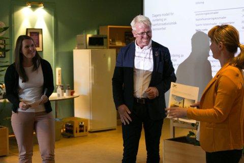MOTTOK RAPPORT: Statssekretærene  Ingvild Ofte Arntsen (KrF) og Ingelin Noresjø (KrF)  i Samferdselsdepartementet får rapporten om Forsinkelser på vei av Stein Windfeldt.