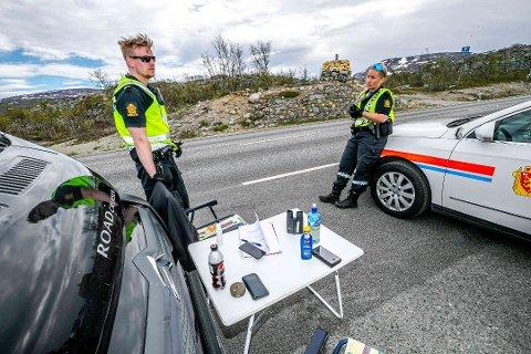 ÅPNE GRENSER: Vegard Trondsen og Amalie Austgarden fra politiet var på plass på E8 da grensen mellom Norge og Finland ble åpnet 16. juni, men da kun for innbyggere mellom de to landene. En måned senere ble grensen åpnet mellom Norge og flere europeiske land.