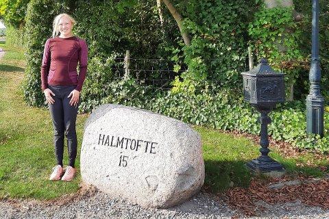 FLYTTET: Kjerstin Berg fra Vadsø måtte til Danmark for å lande drømmejobben som profesjonell rytter. Nå jobber hun på Halmtofte ridesenter i byen Nakskov.