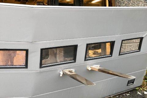 KJØRT RETT I PORTEN: En gaffeltruck ble brukt for å kjøre gjennom porten til Altaskifer AS.