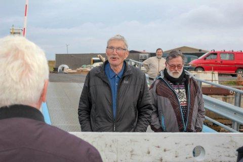 USIKKER PÅ FRAMTIDEN: Melkebonde Karl Rødberg (t.v.) har jobbet for framtiden til båtforbindelsen til Årøya i mange år. Melkebonden har også lagt ut familiebruket for salg.
