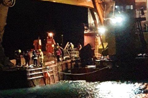 JOBBET PÅ STEDET: Nødetatene rykket ut til båten fredag kveld.