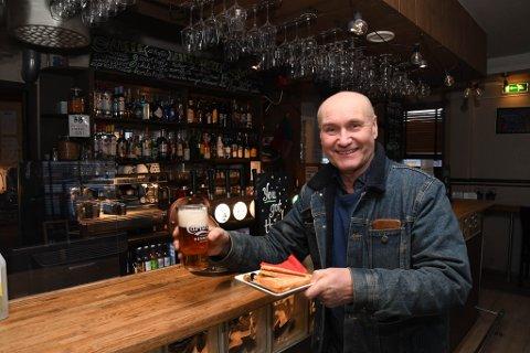 ALKOHOLFRITT: Pubeier og daglig leder Stig Furu på Barila pub fortsetter å servere kun alkoholfritt selv om han også selger oppvarmet toast.