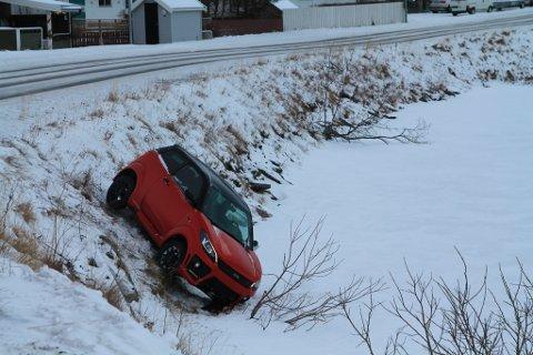 """""""HENDELIG UHELL"""": Mopedbil havnet delvis ut på isen på Storvannet mandag formiddag."""