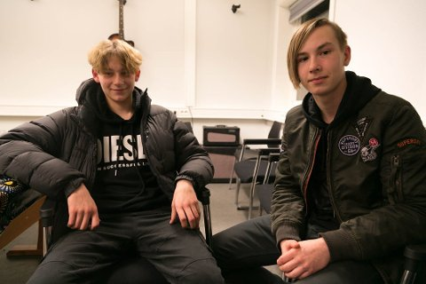 STERKE MENINGER: Femtenåringene Alexander Krogh (til venstre) og Denis Nefedov sa i november at de hadde fått alt de ønsket seg på nye Basen. Nå er flyttingen stoppet. De håper fortsatt at flyttingen blir noe av.