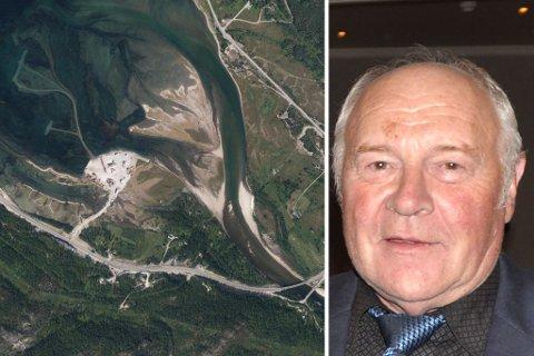 BLIR RETTSAK: Masseuttaket skal ha skjedd her i Repparfjorden. Alf Martin Sakshaug (avbildet) viser til at området de henter ut masser fra, bare er synlig for øyet når det er fjæresjø.