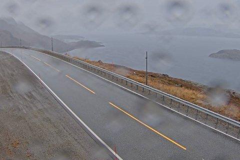 HER SKAL DET KOMME SNØ: Mandag ettermiddag var nedbøren ved Kvænangsfjellet ikke hvit, men det skal den bli i løpet av de nærmeste dagene.