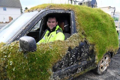SPRØYTER GRESS: Anleggsgartner Stian Olsen i Alta tilbyr å sprøyte gress til både private og bedrifter. Selv har han sprøytet denne bilen med gress.