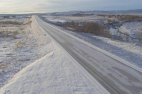 HVITT: På Sennalandet er det snø på veien. Til helga kan det bli enda mer snø.