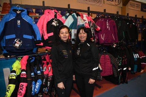 PÅ MESSE: Fredag-søndag arrangeres en stor handelsmesse i Finnmarkshallen i Alta. Torsdag var det rigging i stor skala. Helene Kristensen (45) og datteren Victoria Hågensen (24)) hos Skidoo-senteret i Alta pakket torsdag ut masse klær.