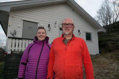 VANN-TRØBBEL: Edita og Gintaras Budreviciene fikk vannet tilbake etter åtte månder. Nå lurer de på hvem som har ansvaret dersom det skjer noe igjen med vannforsyningen til huset deres på Hesseng.