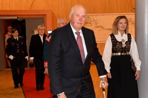 TOK SEG TID: Kong Harald tok seg etterpå tid til å svare på spørsmål fra pressen. Riksarkivar Inga Bolstad fulgte med.