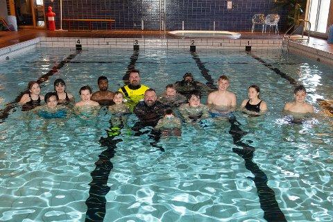 FORNØYDE: Mannskapet på R/S Gjert Wilhelmsen, svømmelærer og elevene i 5. til 10.klasse fra Sørvær Oppvekstsenter vae fornøyde etter formiddagen i svømmebassenget.