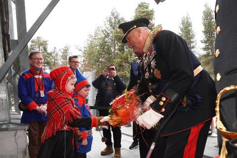 9. SAMETING: Kong Harald åpnet onsdag det 9. Sameting i Karasjok. Blomsterbarna Frida Máret Falck (8) og Aslak Mattis Mattisen Eira (8).