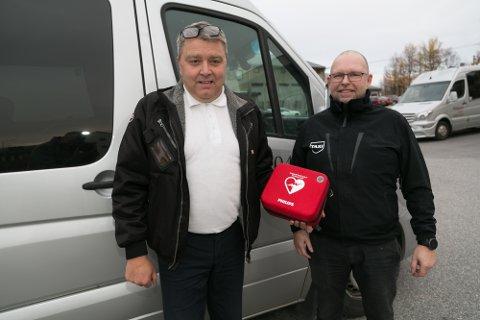 HJERTESTARTER: Bjørn Eirik Mikkola (til venstre) og Stein Tore Sivertsen med en av hjertestarterne som er i drosjene.