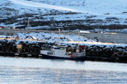 SLEPT BORT: Her ligger båten til Martin Hromulak etter at den ble slept bort mandag morgen.
