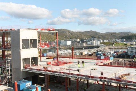 LANDINGSPLASS: Her, ved Nye Hammerfest sykehus, må den nye landingsplassen bygges, krever et samlet politisk miljø.