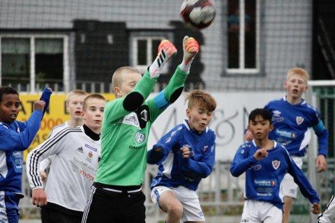 TØFT: Tøff kamp om ballen i Gutter 13. Her en kamp mellom Kirkenes og Hesseng.