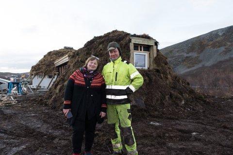 SATSER PÅ TURISME: Reineier Ellinor Guttorm Utsi satser stor på turisme på Nordkyn. Her sammen med byggherre Ole Muosat, som setter opp det nye bygget.
