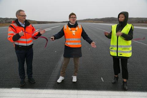 KLIPP: Sør-Varangerordfører Lena Norum Bergeng klipte snora og markerte rullebanen for åpnet. Snora ble holdt av lufthavnsjef Rell E. Kjølås og Hanne Beate Laugerud, Avinors sjef for de regionale og lokale flyplassene.