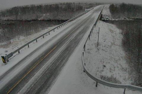 SNØ: Tiden for å sette på vinterdekk er kommet for deler av Finnmark. Her er E45 ved Aidejavri avbildet klokken 17:32.