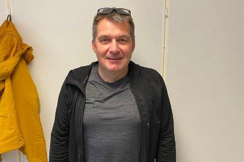 FØLGER MED: Ola Haldorsen følger med den lokale fotballen i Sør-Varanger fra Bodø.