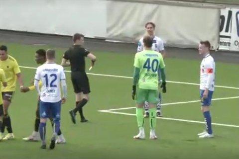 UTVIST: Her får Aleksander Wikevand Bjørnvåg det røde kortet fra dommer Sander M B Johannessen.