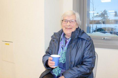 FORNØYD: Agnes Hanssen (92) hygget seg med en kopp kaffe etter at hun fikk koronavaksinen i Finnmarkshallen på onsdag.