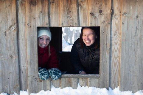 BARNEHAGELÆRERE: Anette Stenbakk (30) og Mari Sandø (24) stortrives i jobben sin.