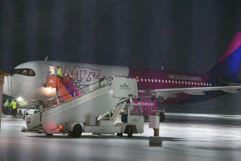 KUTTER: Wizz Air fortsetter å kutte i rutetilbudet i Finnmark. Her er det første flyet som landet ved Kirkenes lufthavn, Høybuktmoen 15. desember.