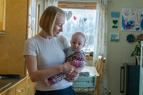 BER OM BEDRE TILBUD: Sara Olaussen Stensvold med datteren på armen, hjemme i Lakselv.