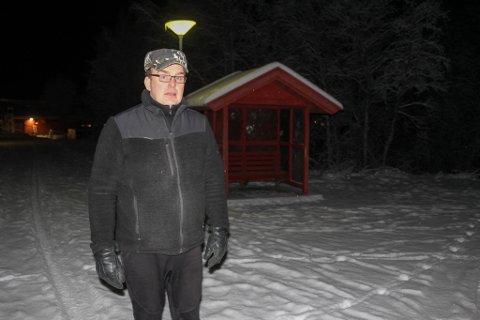 KRITISK: Markus Pettersen står her foran busskuret ved Rafsbotn skole. Han mener at dagens bussløsning for barna i bygda ikke er bra nok.