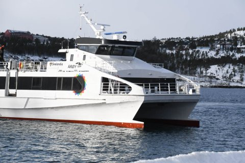 """FIKK SKADER: MS """"Årøy"""" fikk skader i styrbord baug etter at den gikk fra Alta havn i slutten av januar. Her er den på tur inn etter en tur på formiddagen mandag 1. mars."""