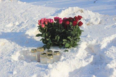 Ulykkesstedet på E6 mellom Alta og Kvenvik. Noen hadde lagt ned blomster og tent lys ved åstedet på onsdag 10. mars.