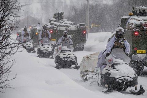 PÅ SNØSCOOTEROPPDRAG: Det var under en øvelse med snøscootere at to personer fikk bruddskader på torsdag. Dette bildet er Panserbataljonen i manøver, under øvelse Joint Viking 17 i Finnmark.