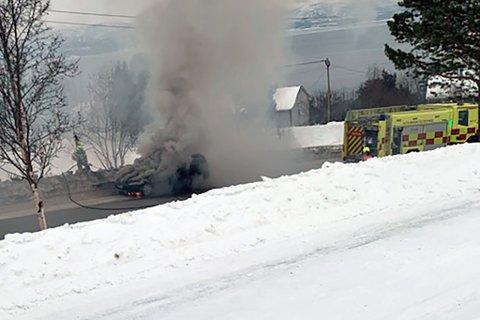 RYKKET UT: Brannvesenet slukket brann i bil.