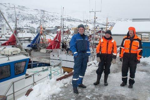SIKKER PLASS: - Vi orker ikke å ligge ute på havet og rulle når vi ikke trenger det. Når det er godt itak, så går det fort å dra opp dagskvota. Her er en sikker plass å få fisk. Derom hersker ingen tvil, forteller Harry Kronstad, til venstre. Her sammen med fiskerne Kolbjørn Gården fra Averøy og Vidar Pettersen fra Senja. Foto: Rune Ottarsen