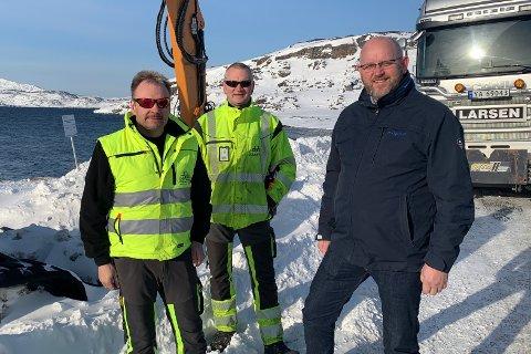 GLADE DAGER: Svend Ingvar Larsen, daglig leder hos Larsen maskin og transport, Kai Rune Isaksen, ansatt hos Larsen maskin og transport og Espen Hansen, direktør i Hammerfest næringsforening, liker godt at man endelig ser ut til å få utbedret flere veistrekninger.
